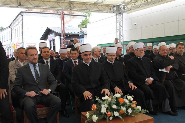 http://www.islamskazajednica.ba/galerija/otv-curc-06-2014/12.jpg